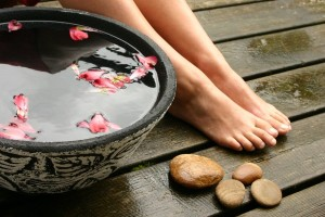 Мойте ноги дважды в день прохладной водой