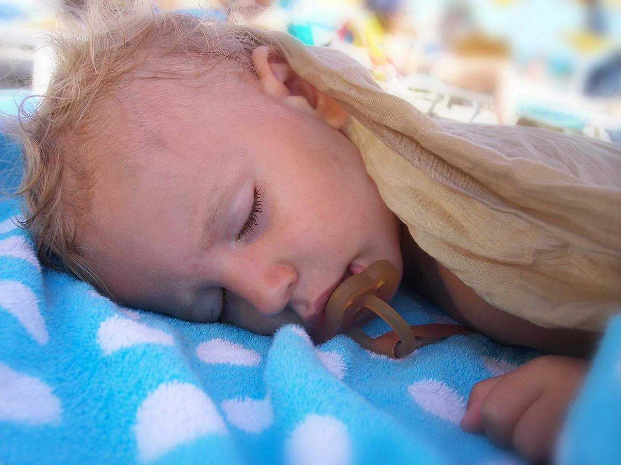 Почему потеет голова у ребенка во сне